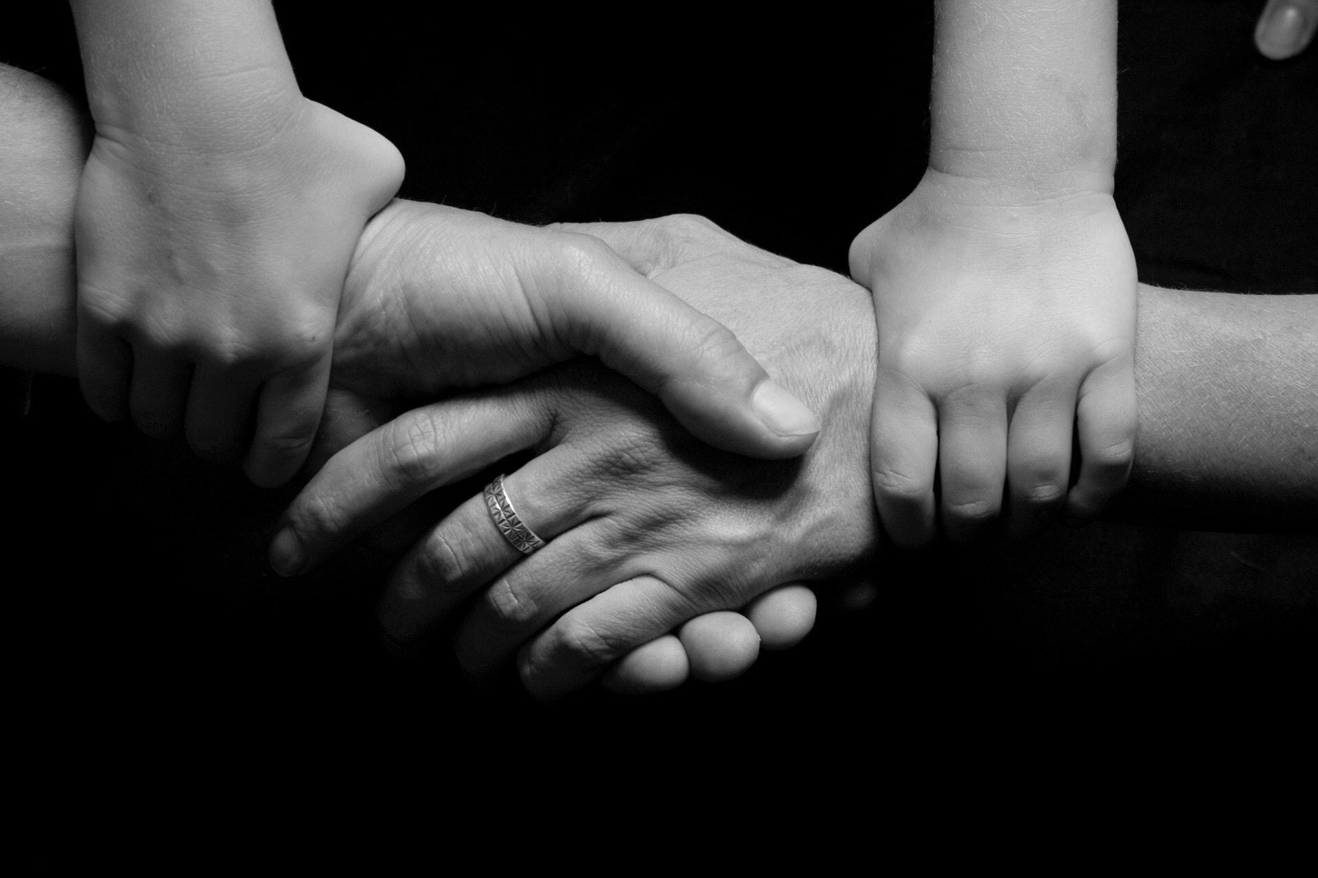 Olika generationer håller varandras händer