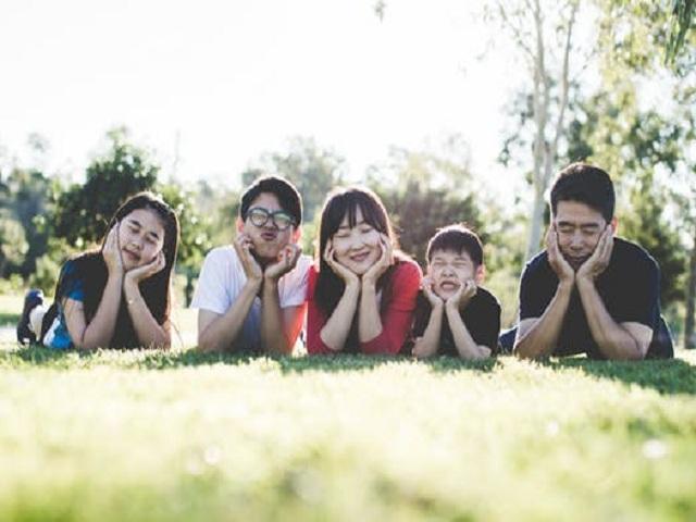 Familj på gräsmatta